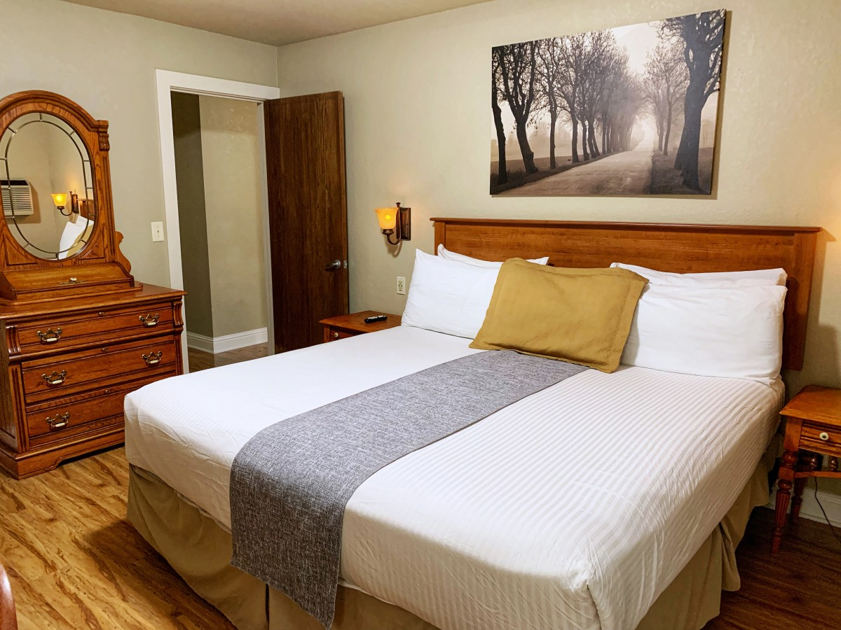 Stratford Inn | Hotel Lodging in Ashland Oregon | King Suite